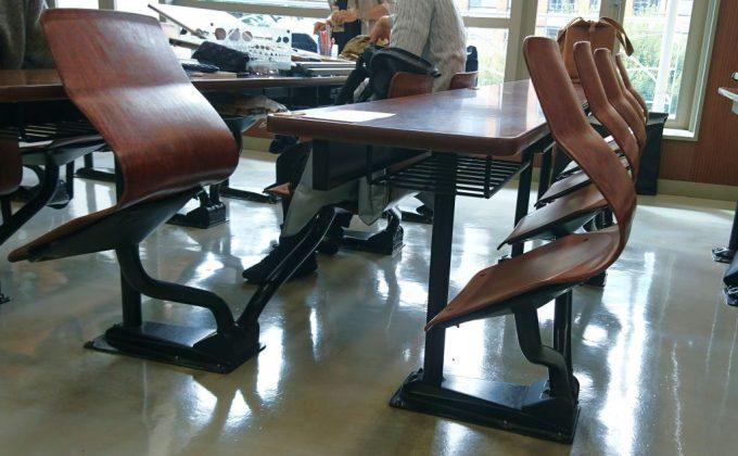 製図試験会場の机と椅子